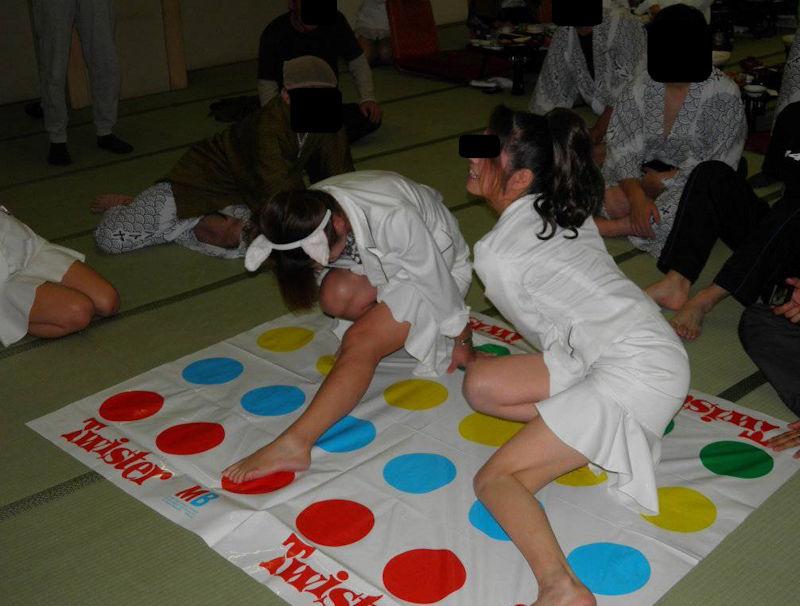 野球拳 ツイスターゲーム ピンクコンパニオン 遊び エロ画像【12】