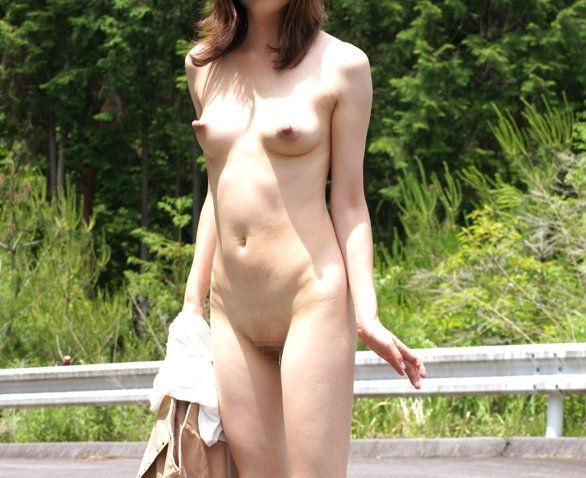 野外露出 全裸 露出狂 エロ画像【27】