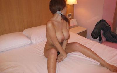 脱いだばかりでセックス直前なホテルで全裸のエロ画像 ①