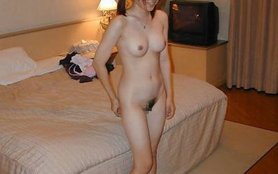 脱いだばかりでセックス直前なホテルで全裸のエロ画像 ②