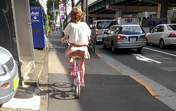 自転車に乗ってパンチラ~~~~~www