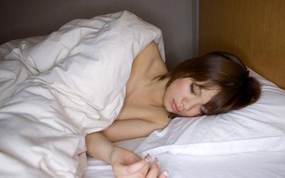 寝顔・寝姿が可愛い居眠り美女のエロ画像 ④