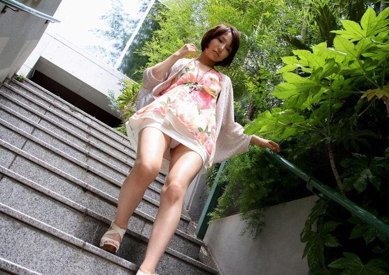ミニスカ美女の美脚パンチラエロ画像