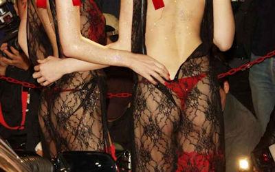 衣装がすげぇ透けてるシースルーキャンギャルコンパニオンのエロ画像 ①