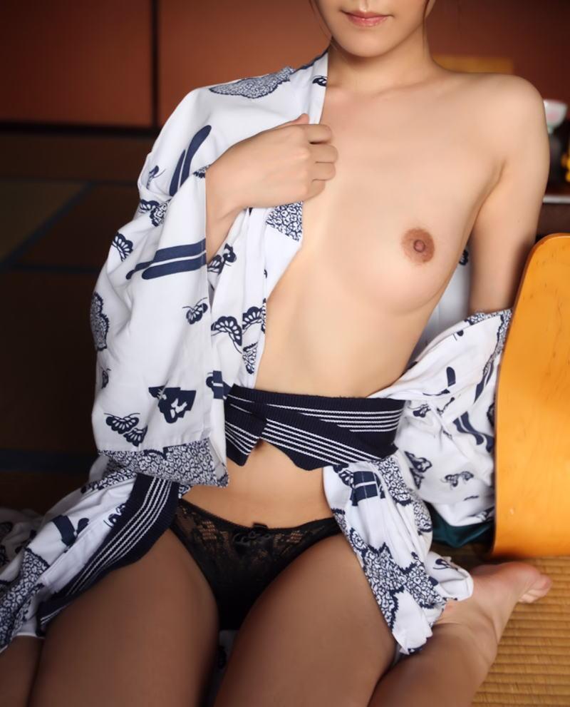 片乳首 チラリ 片乳 ポロリ ノーブラ 浴衣 エロ画像【10】