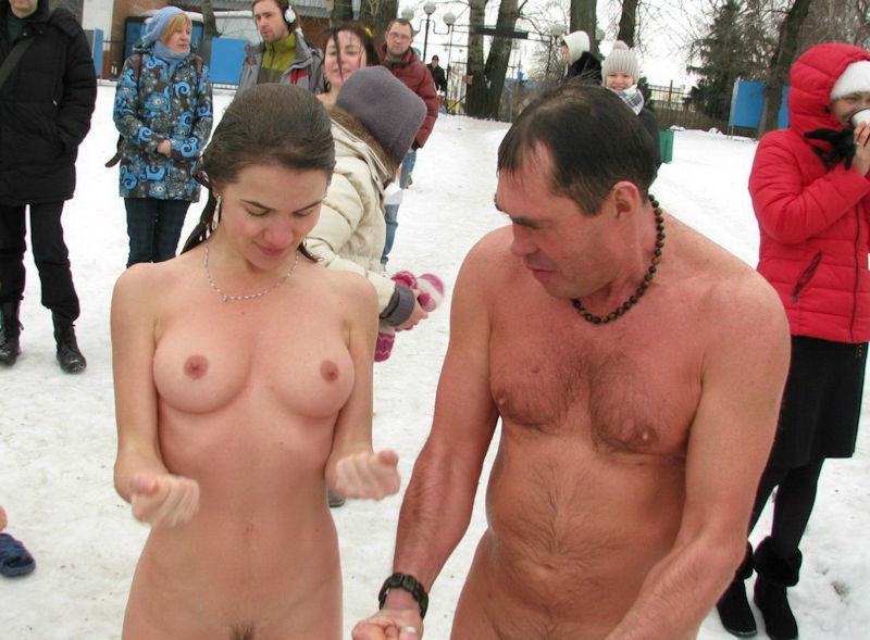 寒いから生理現象で乳首が勃起してる雪中おっぱいのエロ画像
