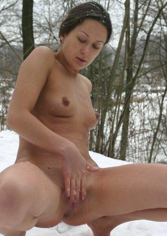 寒い 生理現象 乳首 勃起 雪 おっぱい エロ画像【5】