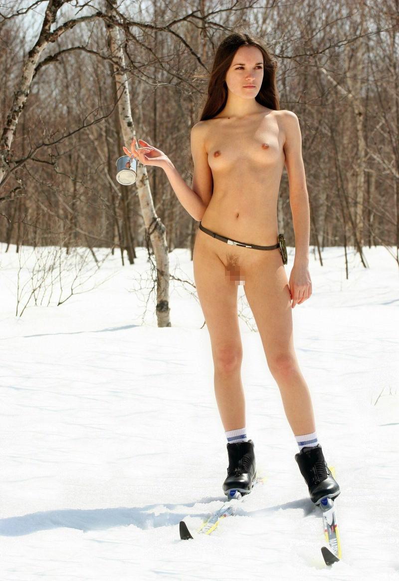 寒い 生理現象 乳首 勃起 雪 おっぱい エロ画像【12】