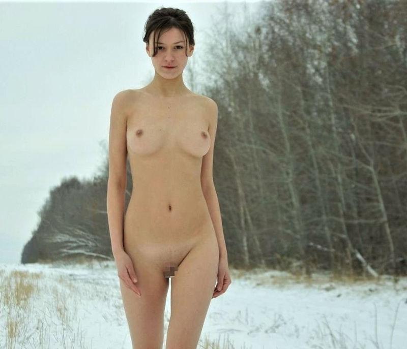 寒い 生理現象 乳首 勃起 雪 おっぱい エロ画像【30】