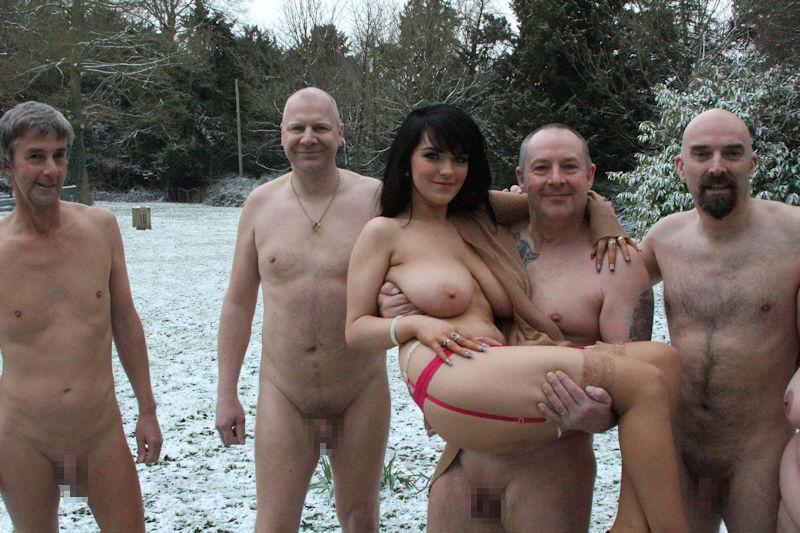 寒い 生理現象 乳首 勃起 雪 おっぱい エロ画像【31】