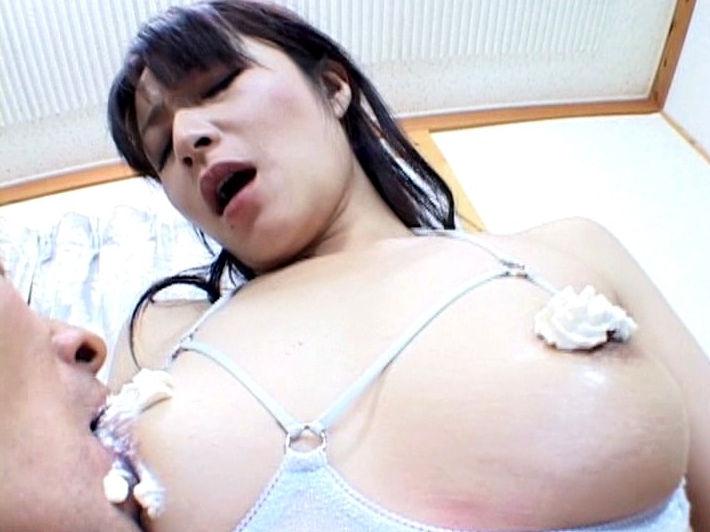 乳首 生クリーム ホイップクリーム 塗る エロ画像【11】
