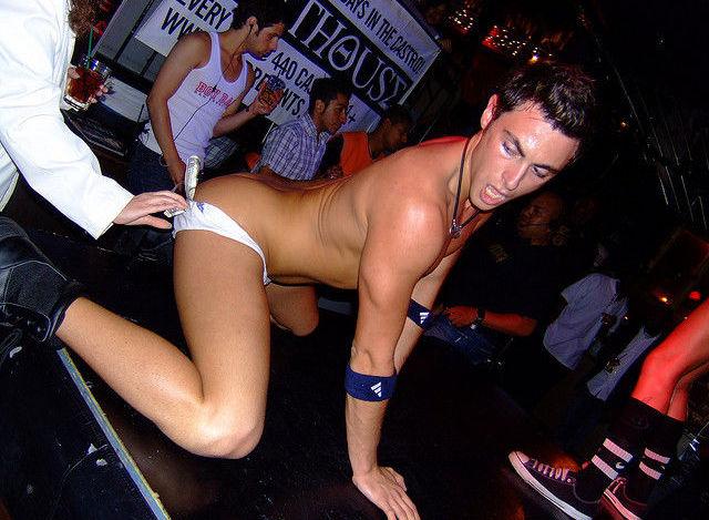 女性やゲイもストリップが見たい男性ストリッパーのエロ画像