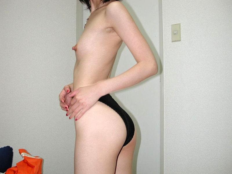 デカ尻貧乳というおっぱいの割にお尻が大きいエロ画像