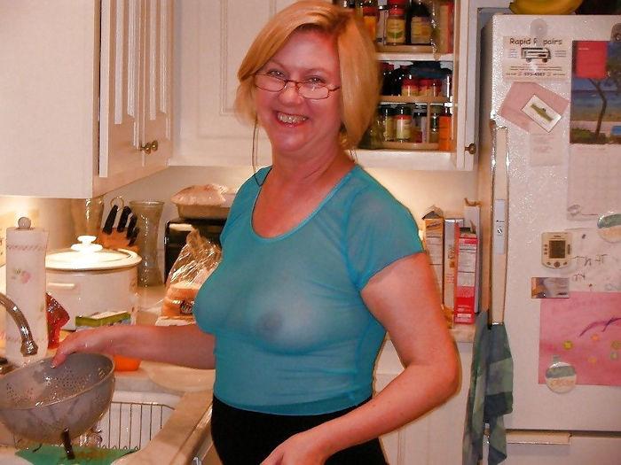 外国人熟女が料理してるクッキングママのエロ画像