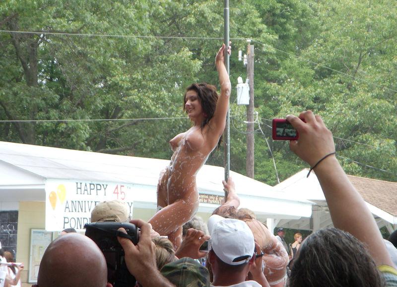 ストリッパーが野外でストリップする公開ヌードショーのエロ画像