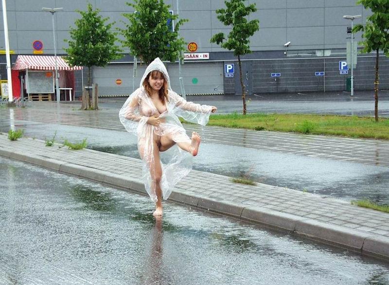 全裸で雨合羽着てるレインコートヌードのエロ画像