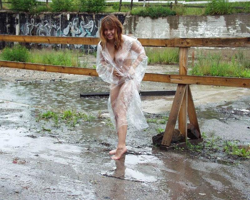 全裸 雨合羽 レインコート ヌード エロ画像【9】
