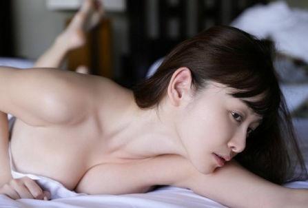 おっぱい 潰れる 巨乳 うつ伏せ エロ画像【13】