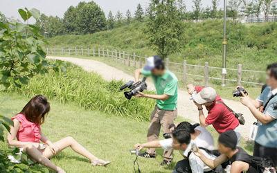 スマホ・カメラでマンコを写す女性器撮影中のエロ画像 ④