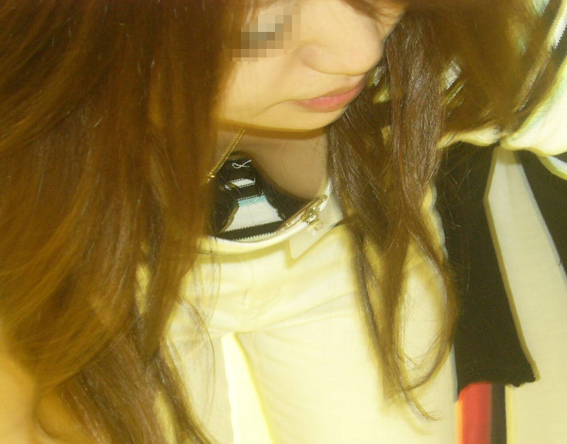 店員 胸チラ 接客 エロ画像【32】