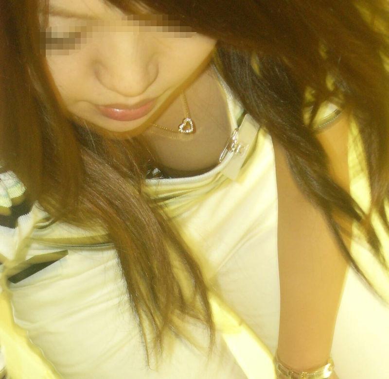 店員 胸チラ 接客 エロ画像【33】