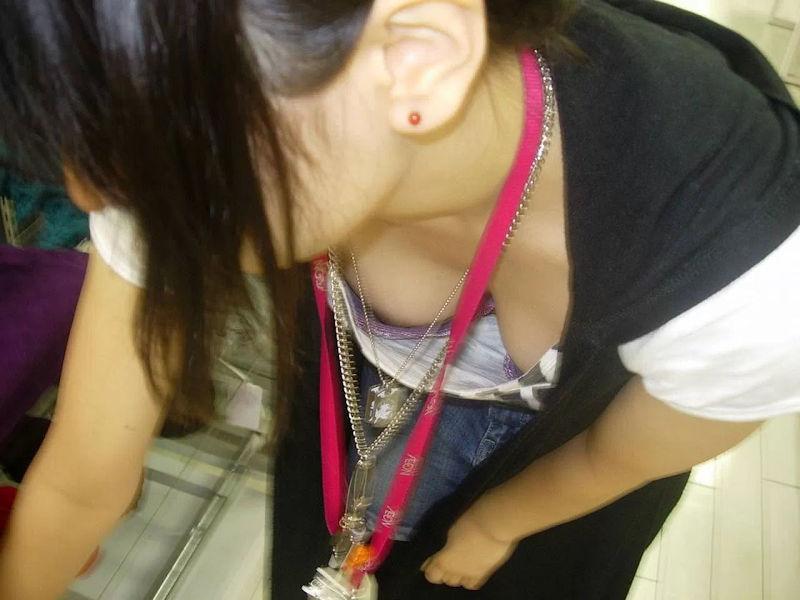 店員 胸チラ 接客 エロ画像【36】