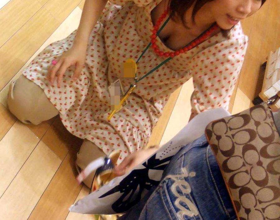 店員 胸チラ 接客 エロ画像【52】