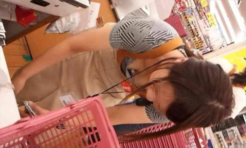 店員 胸チラ 接客 エロ画像【55】