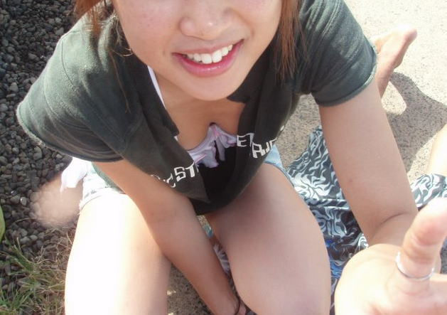 白 ブラジャー 胸チラ ブラチラ エロ画像【20】
