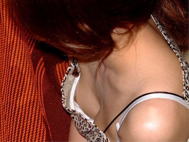 白 ブラジャー 胸チラ ブラチラ エロ画像【25】