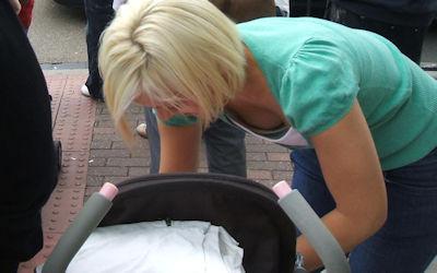 子連れなママさん外国人の胸チラ街撮りエロ画像 ②