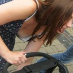 子連れなママさん外国人の胸チラ街撮りエロ画像