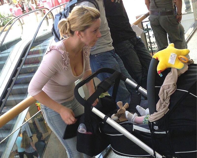 子連れ ママ 外国人 胸チラ 街撮り エロ画像【21】