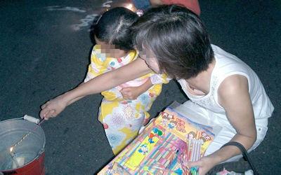 金魚すくい・花火・お祭りで胸チラしてる日本の夏のエロ画像 ③