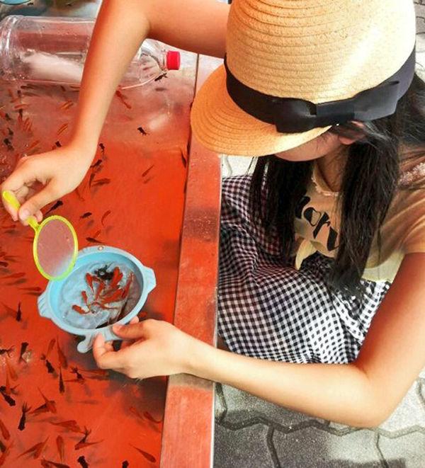 金魚すくい 胸チラ 日本の夏 エロ画像【4】
