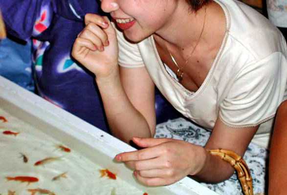 金魚すくい 胸チラ 日本の夏 エロ画像【5】