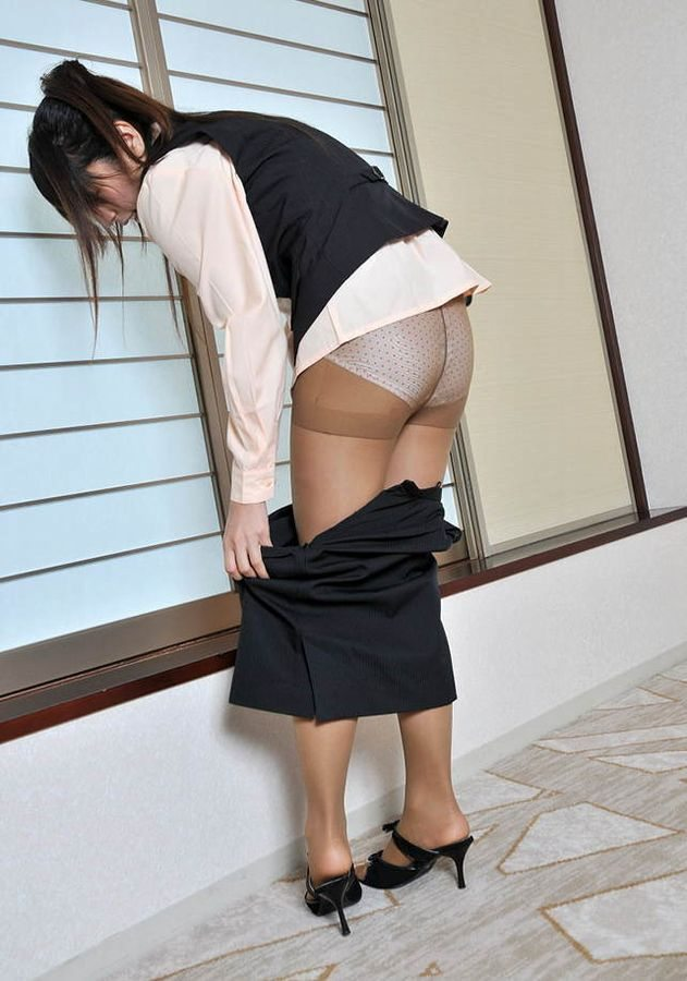 OL パンスト お尻 スカート 脱ぎかけ エロ画像【7】