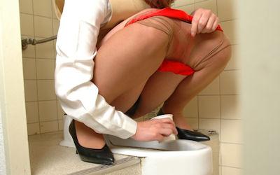 OLさんの検尿シーン!おしっこを採尿カップに注ぐエロ画像 ④