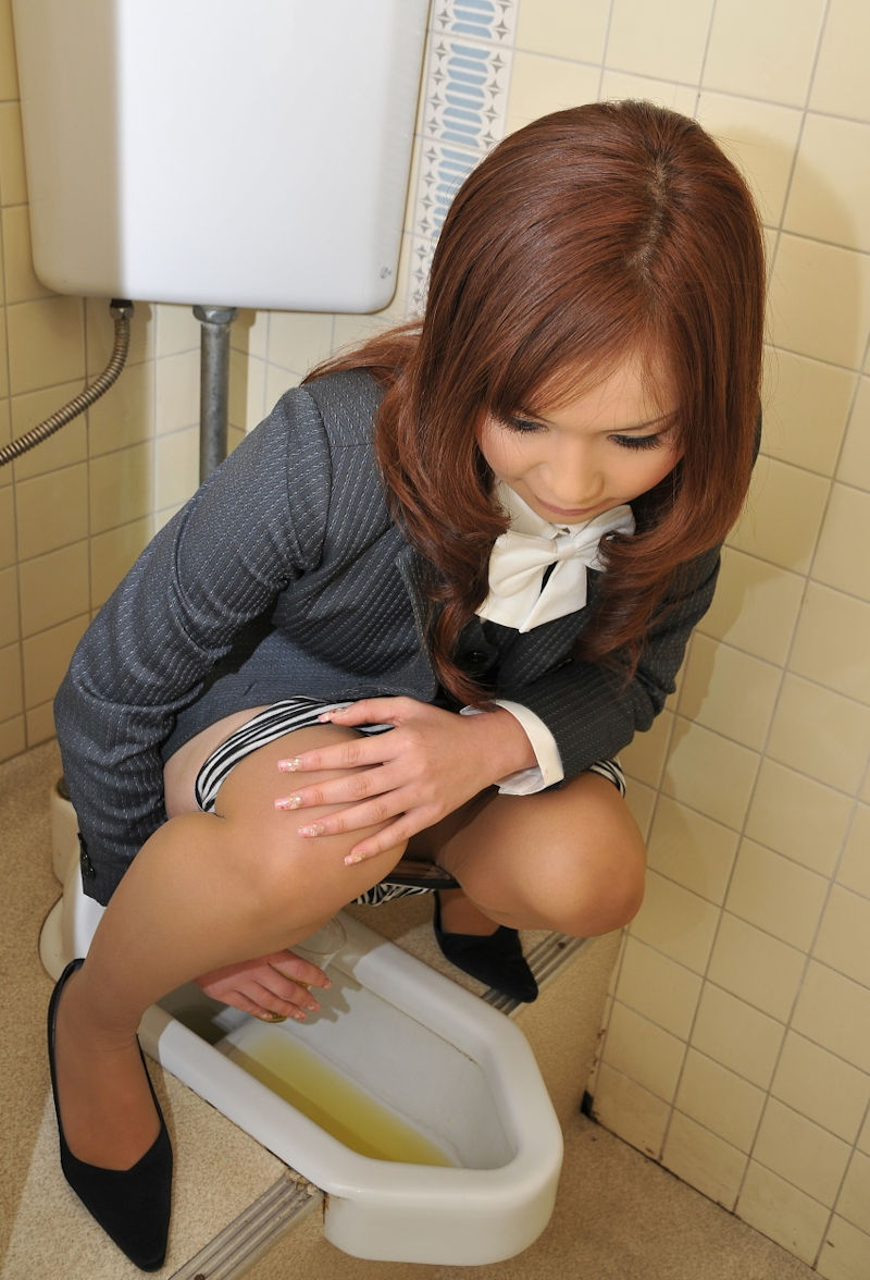 OL 検尿 おしっこ 採尿カップ 注ぐ エロ画像【2】
