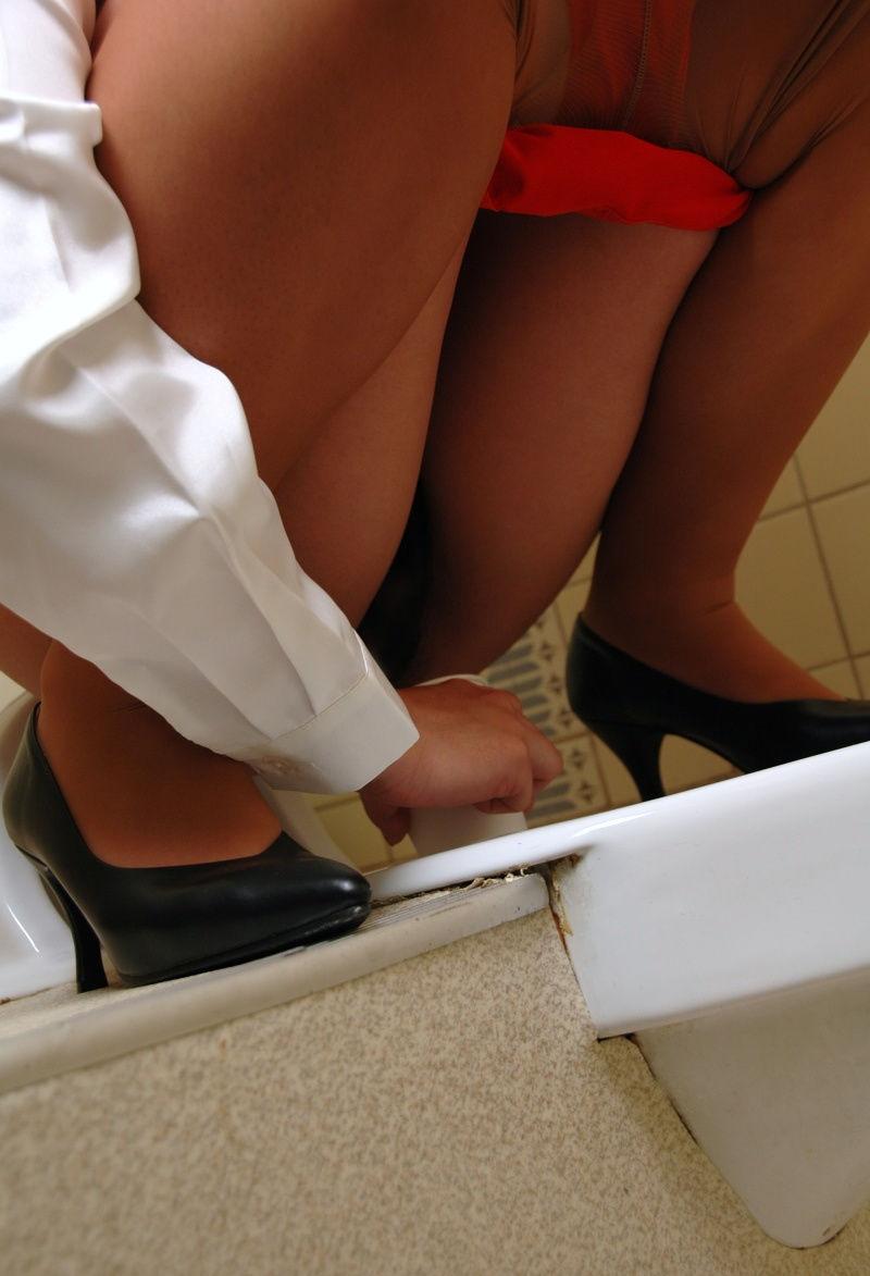 OL 検尿 おしっこ 採尿カップ 注ぐ エロ画像【15】
