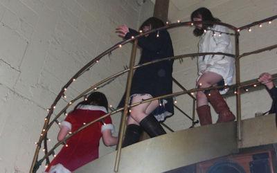 パンツが下りてくる階段パンチラのエロ画像 ③