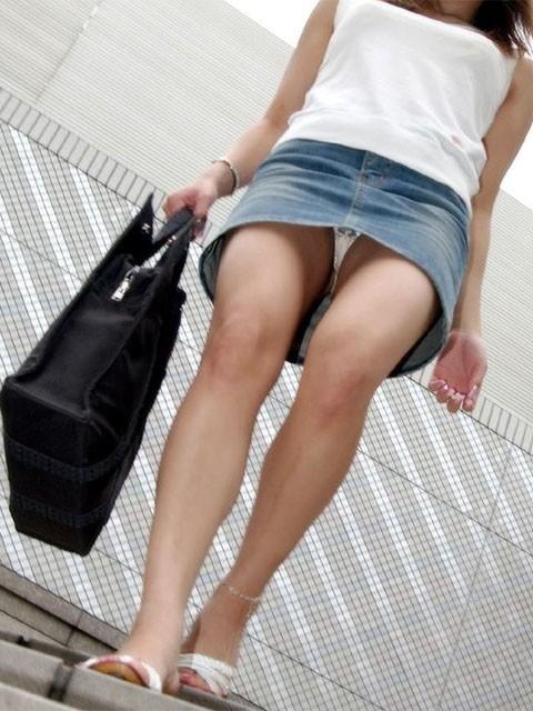 パンツ 下りる 階段パンチラ エロ画像【2】