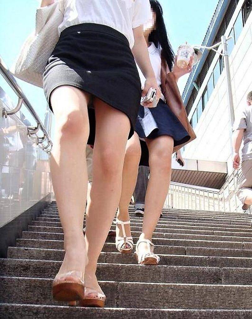 パンツ 下りる 階段パンチラ エロ画像【4】