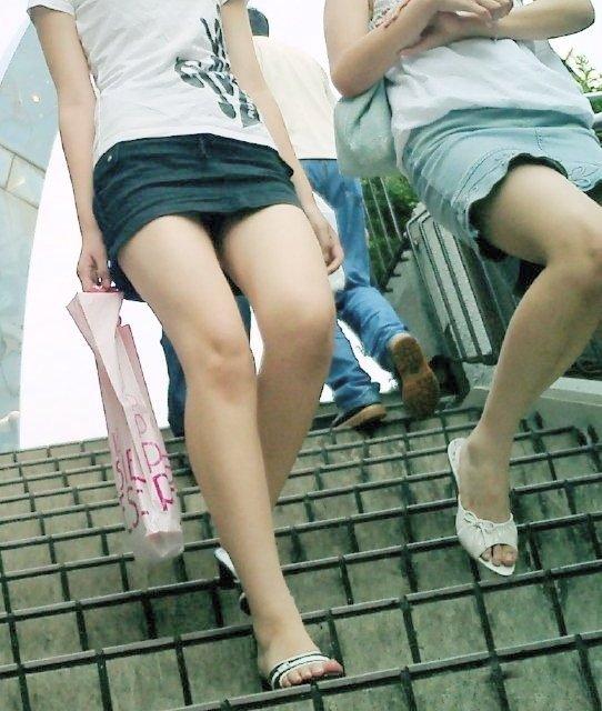 パンツ 下りる 階段パンチラ エロ画像【8】