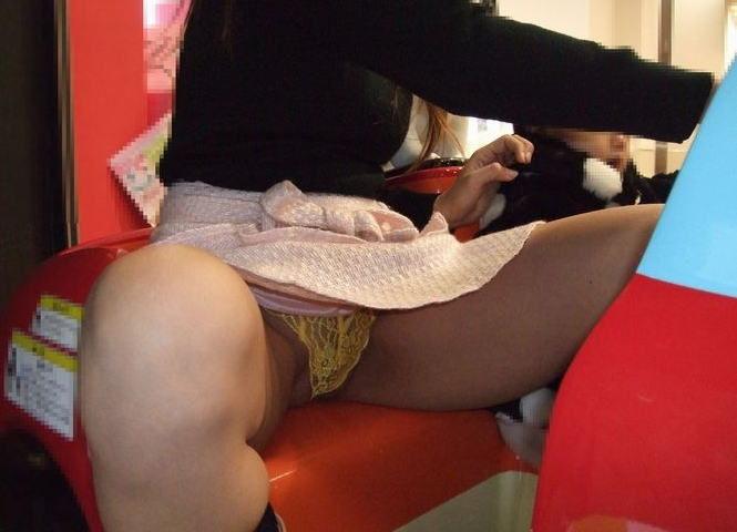 人妻が街中でパンチラする子連れミニスカママのエロ画像