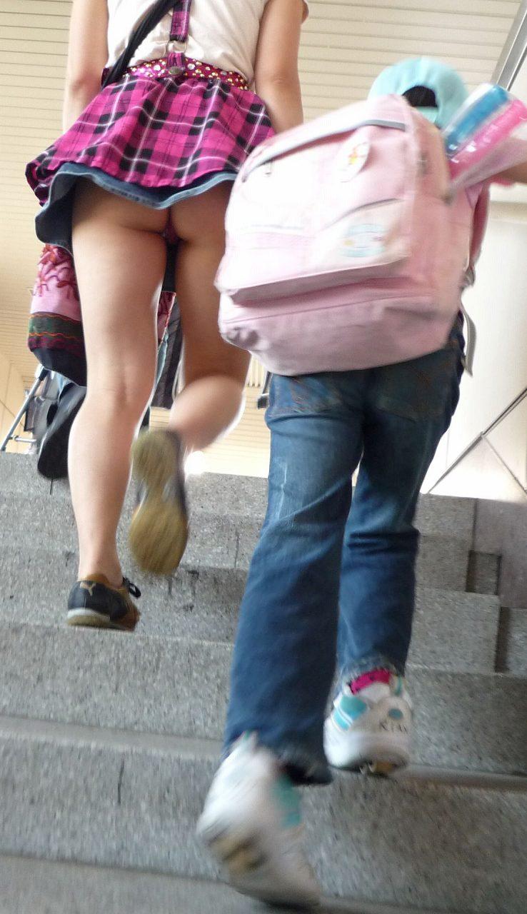 人妻 街中 パンチラ 子連れ ミニスカ ママ エロ画像【9】