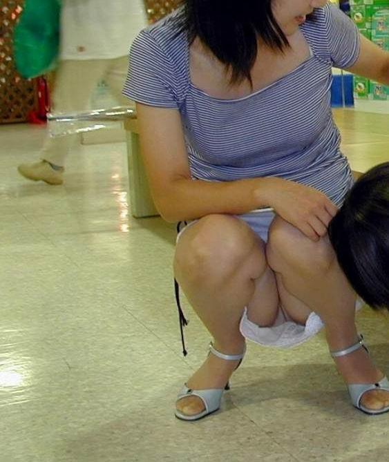 人妻 街中 パンチラ 子連れ ミニスカ ママ エロ画像【21】