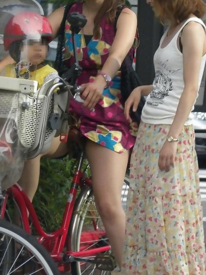 人妻 街中 パンチラ 子連れ ミニスカ ママ エロ画像【28】