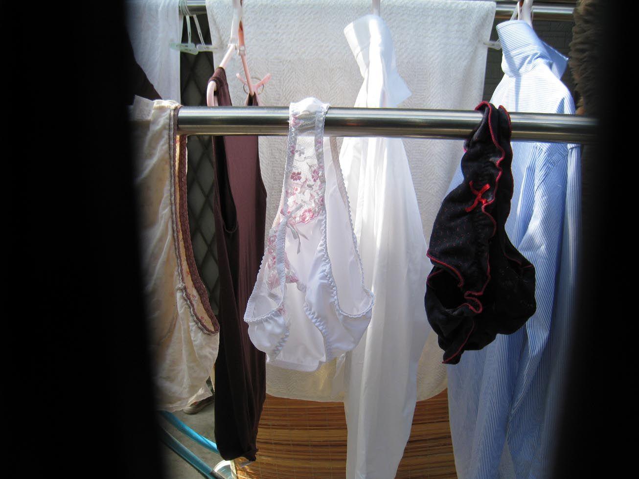 物干し竿 パンツ ブラ 吊るす 干し方 エロ画像【7】