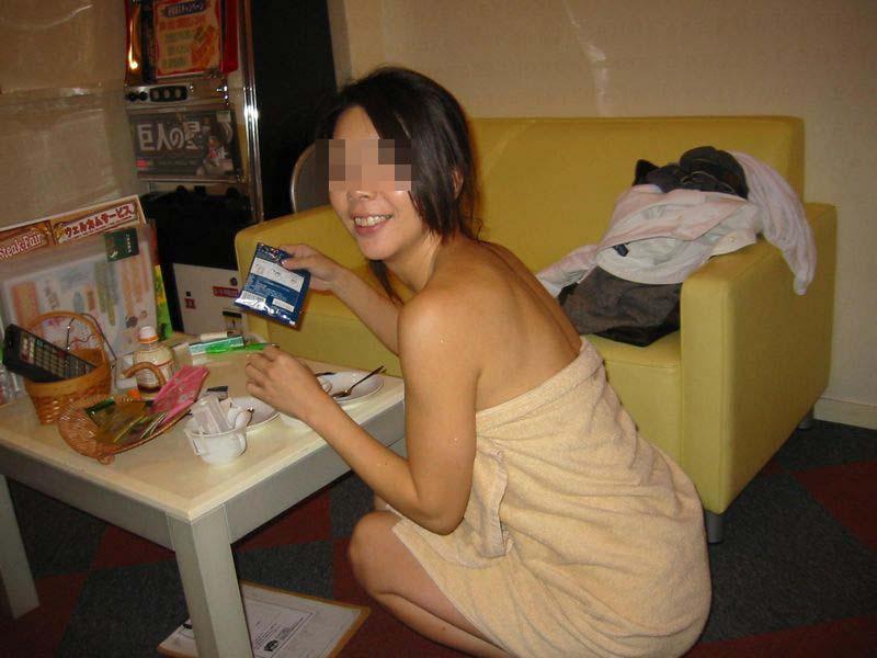 エッチした後の雰囲気漂うセックス事後バスタオルのエロ画像